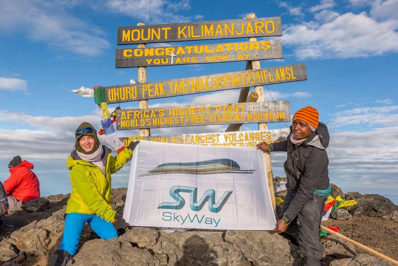 1. Установка знамени с символикой SkyWay на самой высокой точке Африки — вершине горы Килиманджаро